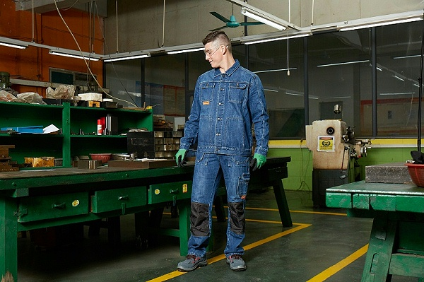 四川中孚铝业公司在网络查询到前瞻服装官网,根据电话联系到前瞻服装的蒋波场长,要四川工作服定制生产厂家定制一大批防静电的牛仔裤工作服